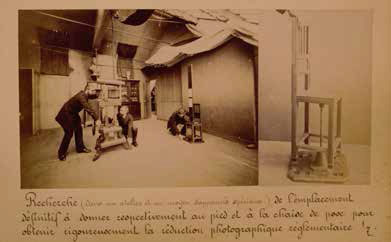 Photographie de l'installation d'un appareil photographique et d'une chaise de pose pour la production de clichés face/profil standardisés, tirée d'un album photographique destiné à l'Exposition universelle de Chicago (1893).