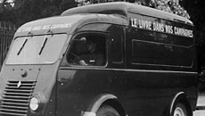 Un « Bibliobus » en 1947. Fonds Peuple et Culture, 522J 421. © AD94